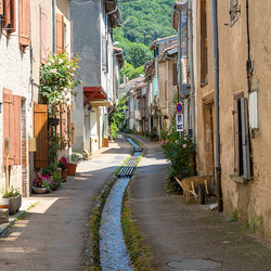 Water stroomt door de straat in Durfort