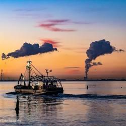 Vissersboot verlaat haven