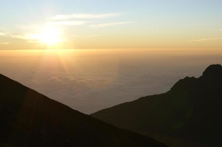Sunrise at Kilimanjaro summit  - zonsopgang op weg naar de top van de kilimanjaro
