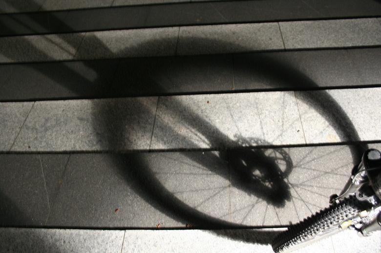 Mountainbike voorvork in de schaduw - Tijdens m'n nachtelijke rondje fietsen om wat fotos te maken viel er een mooie schaduw door m'n voorwi
