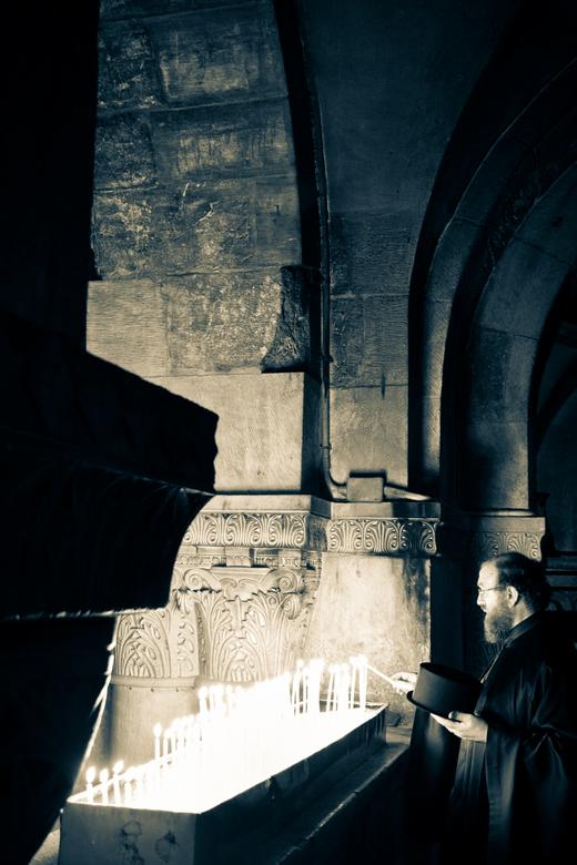 Via Dolorosa - Dit een priester in de Heilige grafkerk in Jeruzalem. Ik heb de foto bewerkt door met de gesplitste tinten met hooglicht en schaduwen t