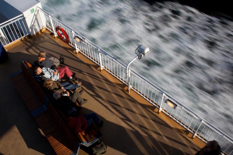 In de zon, op de boot - Op de ferry tussen Kristiansand en Hirtshals. Die boot heeft een snelheid van bijna 50 km/u.