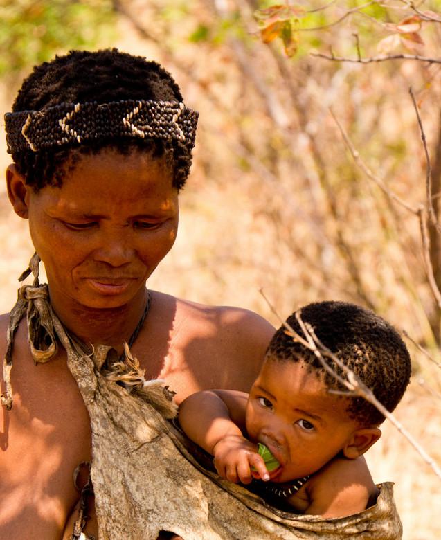 moeder en kind - Uit de serie van de Bushmen ook nog deze foto van moeder met kind. Onderweg tijdens een walk-safari kreeg deze kleine speciale blader