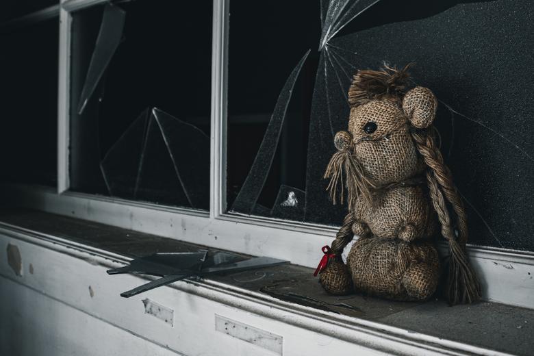 Lost My Doll - Deze aanblik van de knuffel zorgt voor gemengde gevoelens. Wie mist deze pop? Van wie was die? Wat is er gebeurd? Alleen deze knuffel k