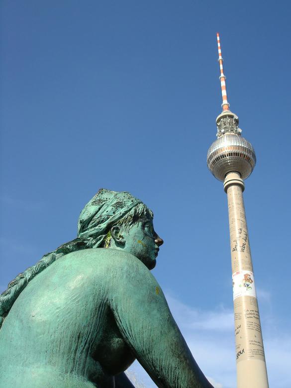 Fernsehturm - Het hoogste bouwwerk van Berlijn is de Fernsehturm met zijn 365 meter. Ook is het één van de hoogste gebouwen van Europa. De toren is in