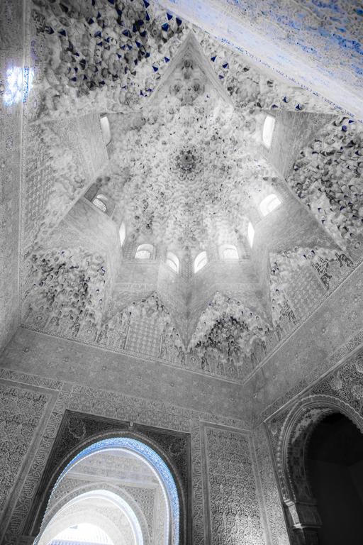 De Comares toren in het Alhambra. - Uit de losse hand en met wat sleutelen aan de instellingenheb ik deze foto kunnen maken in een slecht verlichte  C