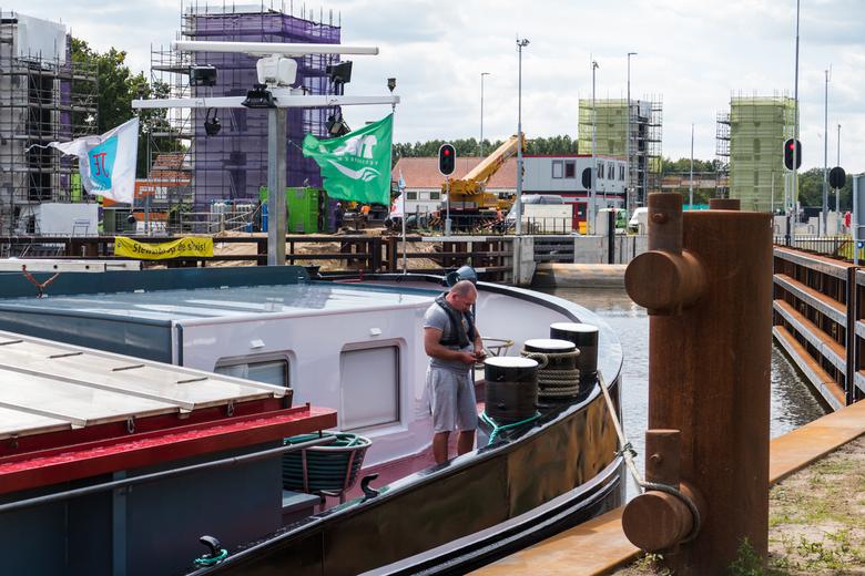 P1800791 Wachten - Dit schip ligt voor de sluis in Eefde te wachten om geschut te worden. De kijk richting is richting de IJssel. Op de foto is boven