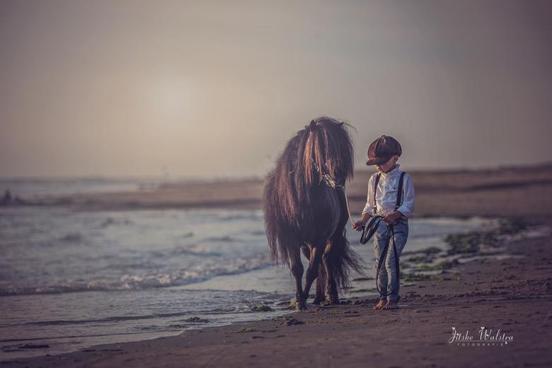 Best friends - Daarom wil ik steeds terug<br /> De wind door mijn haren<br /> Mijn voetstappen in het zand<br /> En dan fluitend van vreugde op het