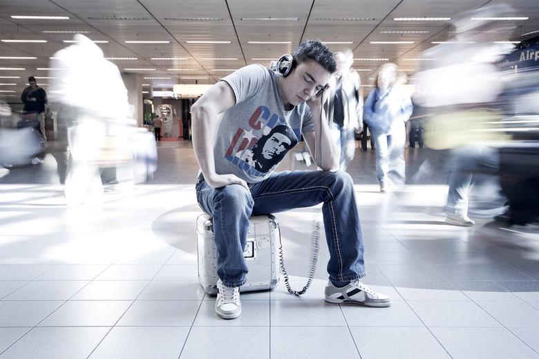 dj Tommy Pulse - Foto gemaakt ter promotie van een dj voor een boekingskantoor. de foto is gemaakt in het winkelgebied voor de douane van schiphol.