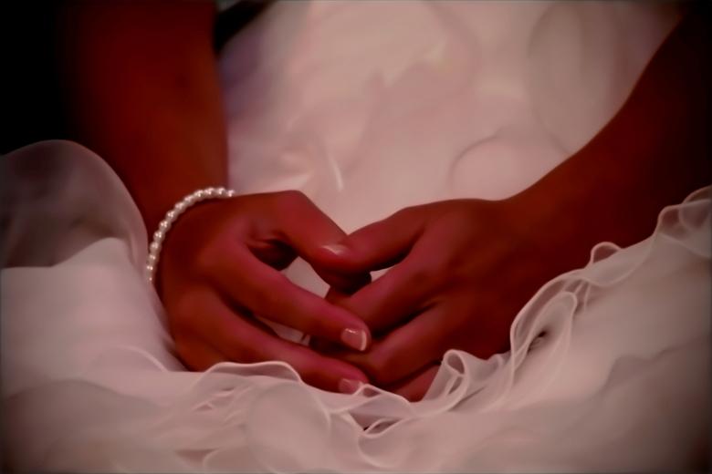 Bruiloft - Net voordat de ringen werden gegeven zat de bruid zenuwachtig met de handen in één.