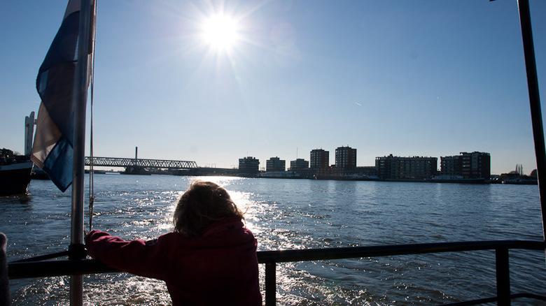 Mijmerend op het water - Emma zit lekker over het water te genieten van het uitzicht.