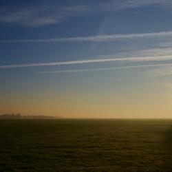 weids landschap bij zonsopkomst