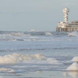 Schuimkoppen langzaam uit de zee en terug