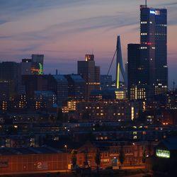 Compacte stad bij nacht