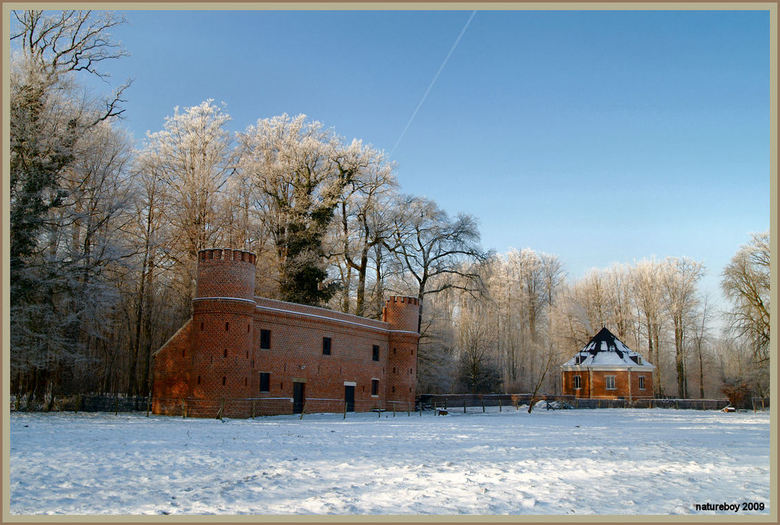De schuur.. - Een neogotische schuur rond 1800 gebouwd en het achthoekig kruit en poedermagazijn uit de 2de helft van de 17de eeuw vormen de inkom van