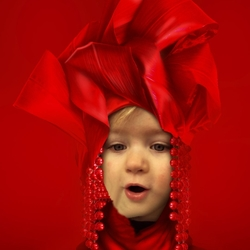 Jonge dame in rood
