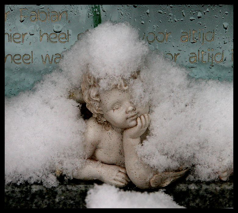 - little snow angel - - vanmiddag was ik op het kerkhof en dit kindergrafje viel<br /> me op.<br /> het engeltje had een deken van<br /> verse snee