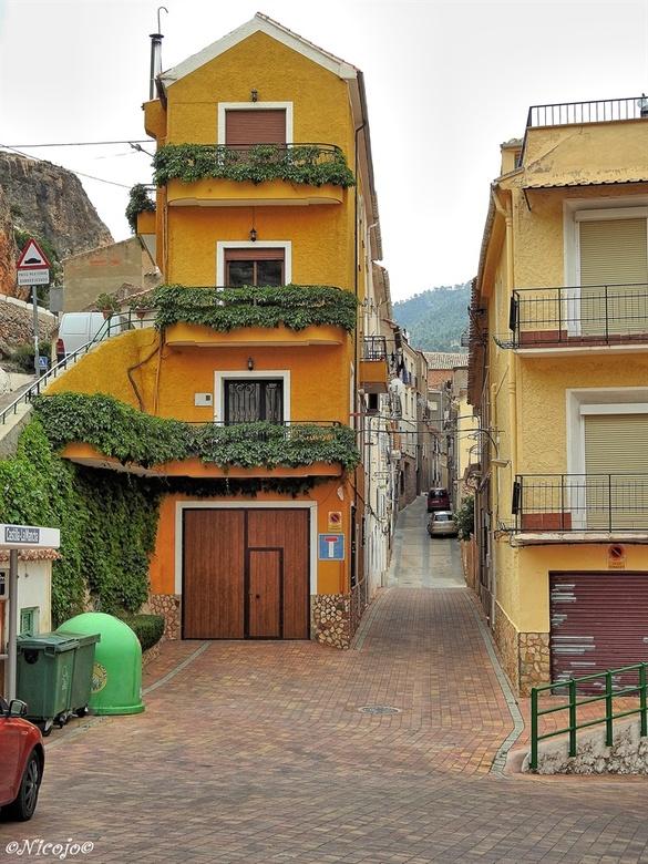 Een straatje in Ayna. - Op de vorige foto´s stond het bergdorpje Ayna, hier een van de smalle straatjes en huizen om een indruk te krijgen van het lev