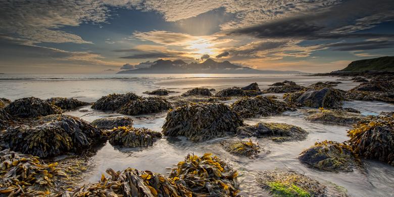 Eigg - Zicht op het eiland Rum, vanaf de baai van Laig op het eiland Eigg (Schotland)