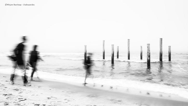 Mistig - Weer eens wat anders, de mist bleef op het strand hangen. Midden op de dag, met mijn little stopper voor mijn camera, deze foto gemaakt. Op s