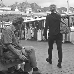Man kijkt vrouw na  zwart wit