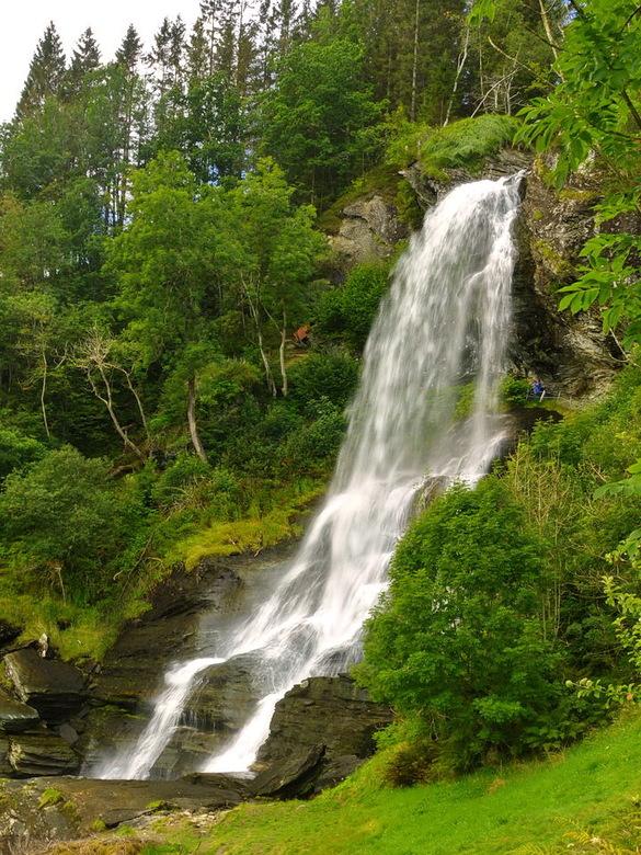 Waterval Steindalsfossen. - De bekendste Steinsdalfossen waterval van Noorwegen.<br /> Deze waterval heeft een vrije val van 145 op een totale hoogte
