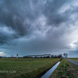 Dreigende wolken trekken over Rouveen.