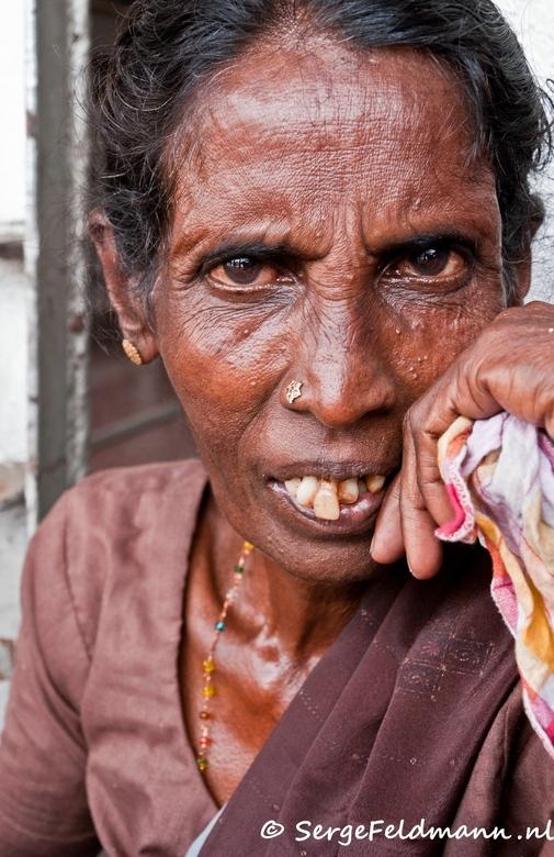 FOSL 26 - Ze zit op straat in bloedheet Colombo om de  paar spulletjes die ze heeft te verkopen.