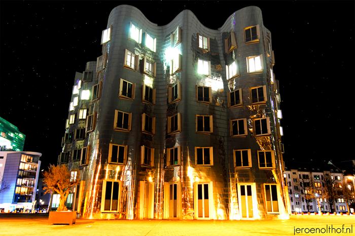 Neuer Zollhof - Een van de gebouwen ontworpen door Frank Gehry, gelegen aan de Neuer Zollhof, in de Medienhafen in Dusseldorf.