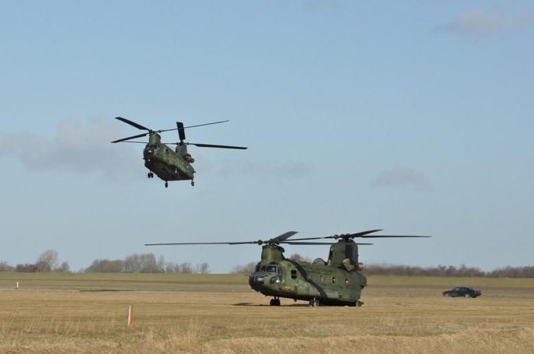 Twee Chinook`s - Twee Chinook`s landen bij Lauwersoog.<br /> <br /> Jammer dat ik de snelheid van de wieken niet heb kunnen vastleggen...
