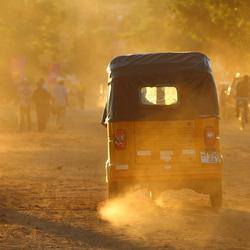 Tuktuk in stoffige straat