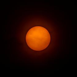 Roodbruine zon