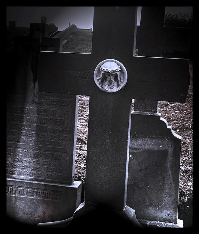 Jezus are you there? .. - er zijn van die dagen dat de rust en<br /> stilte op een kerkhof<br /> je troost verschaffen.<br /> <br /> foto gemaakt