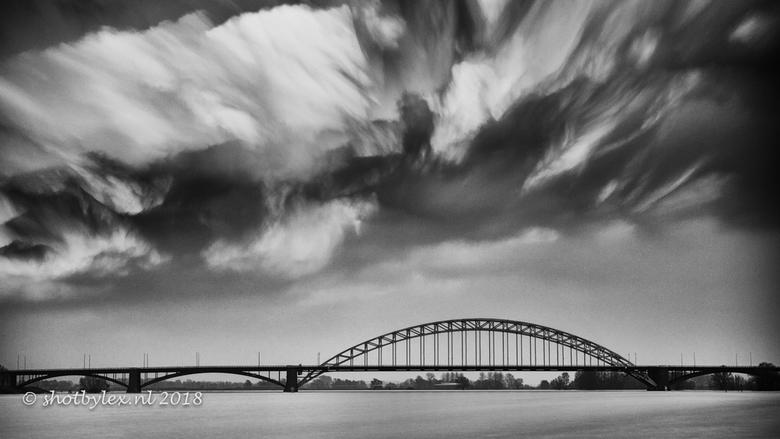 Cloudy with a chance of... - Waalbrug Nijmegen met een mooie wolken laag. Het effect in de wolken is verkregen door een sluitertijd van 15 minuten. He