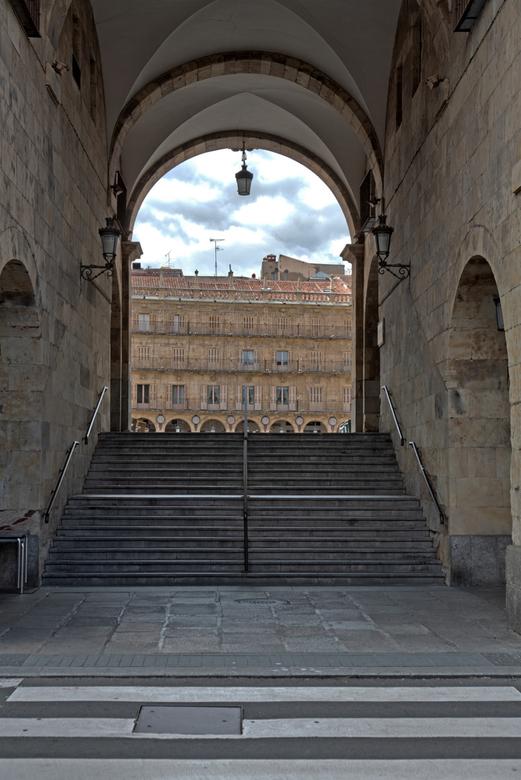 Spanje 122 - Doorkijkje naar de Plaza Mayor, Salamanca.<br /> HDR van 3 opnames.