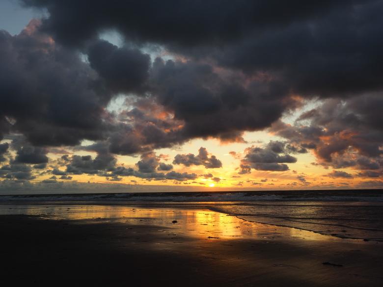 OI000127 - Vanavond was een prachtige zonsondergang. De kleuren, de wolken, de weidsheid; heerlijk! @Domburg