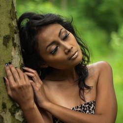 indonesische vrouw in bos
