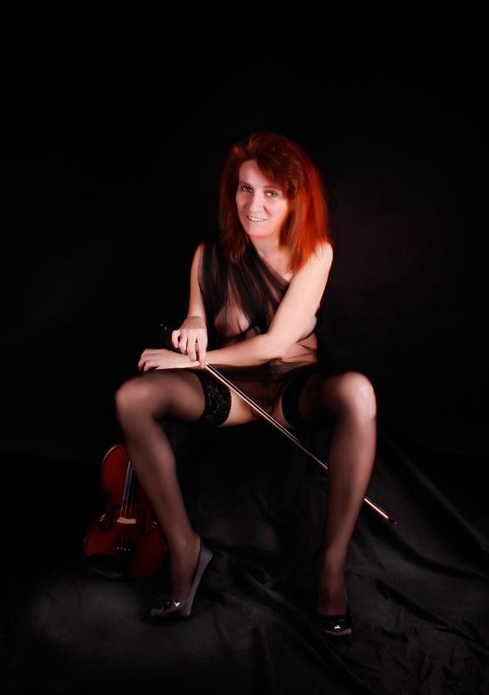 Meisje met rode haren en viool - studioshoot