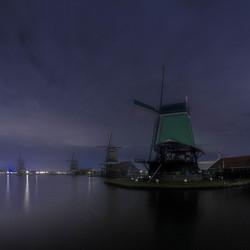 Nachtelijk panorama over de Zaan