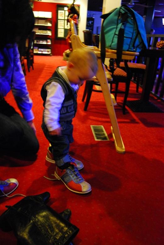 Schoenen maken de man - Gezellig bowlen met de familie, ook de kleintjes doen mee, maar of ze daar nu ook altijd de goeie schoenen voor hebben?