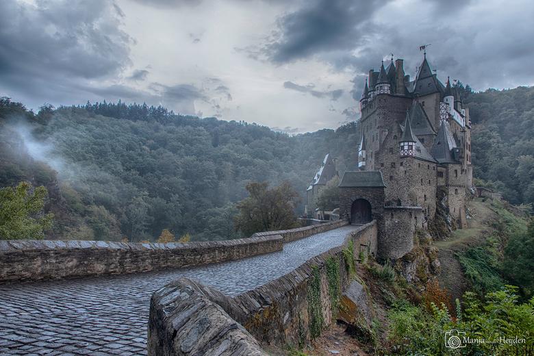 Burg Eltz - Burg Eltz (Burcht Eltz) is één van de meest indrukwekkende burchten van Duitsland.<br /> Deze fotogenieke en sprookjesachtige burcht is g