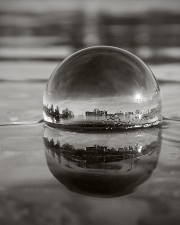 Lensball in het water - Lensball in het water bij Venlo. In de reflectie zie je het ziekenhuis van Venlo, wat ik in deze coronatijd een mooie symbolie