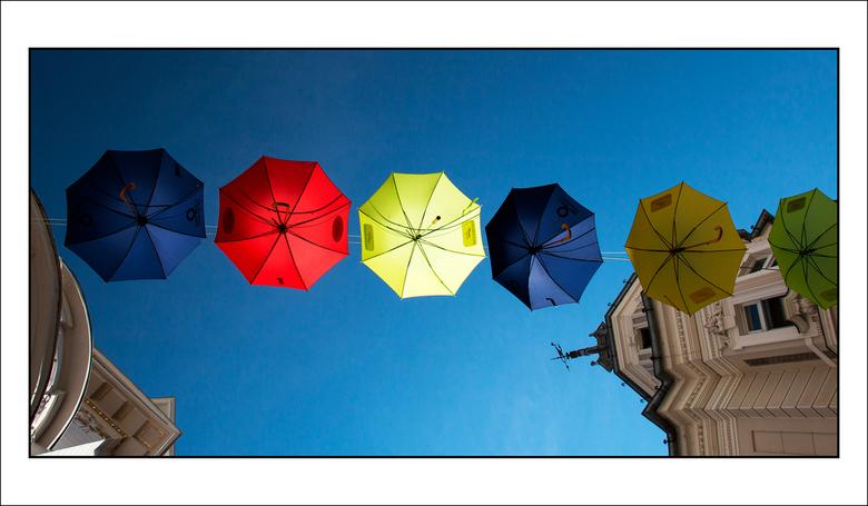 paraplu-parasol - in de binnenstad van Klagenfurt in Oostenrijk heeft men boven de straten deze kleurige parapluutjes gespannen.