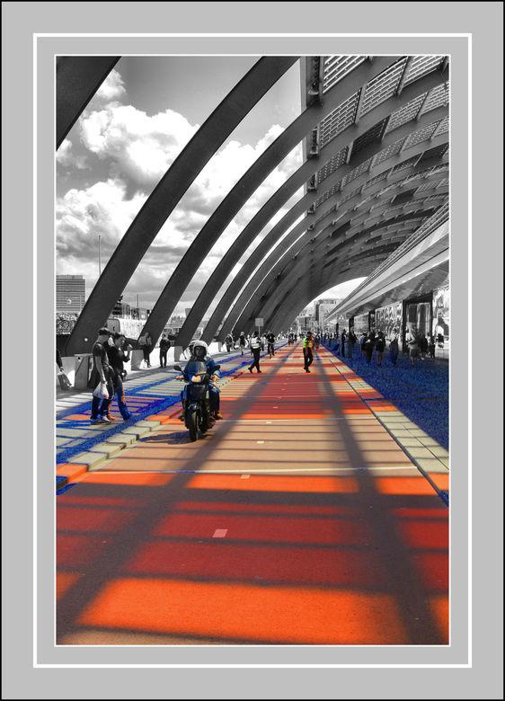 Doorgang . - CS station Amsterdam ..de kleuren zijn niet door mij aan gebracht .. het is het zon licht dat door het gekleurden glazen  dak van het sta