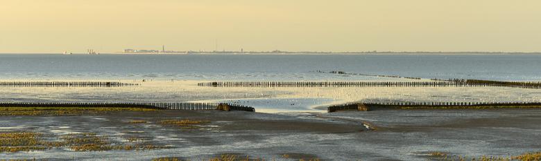 Het Wad, - tussen Groningen en Borkum  in de verte te zien.
