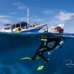 Duikers wachtende op de boot na een geweldige duik