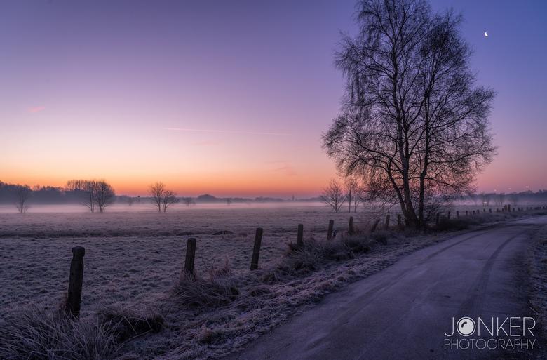 Goedemorgen Nederland  - Ongeveer een half uur voordat de zon op kwam deze foto gemaakt. De mist over het weiland, de opkomende kleuren van de zon en
