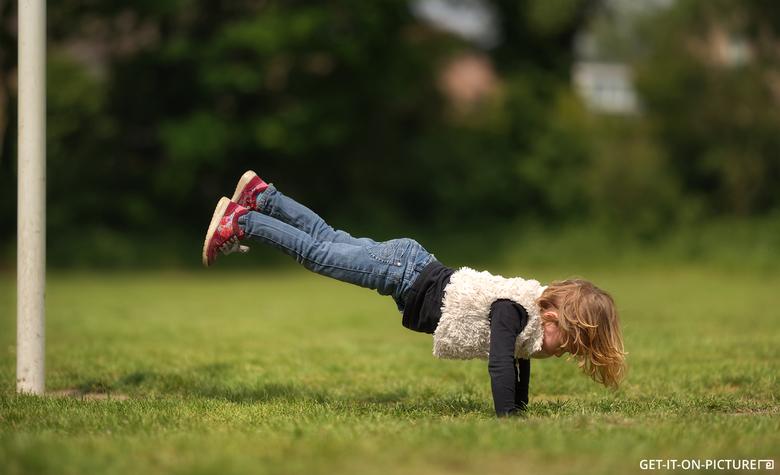 Kleine acrobaat - Deze foto bestaat uit twee shots:<br /> 1x met assistente die de benen vasthoudt<br /> 1x zelfde standpunt zonder personages.<br /
