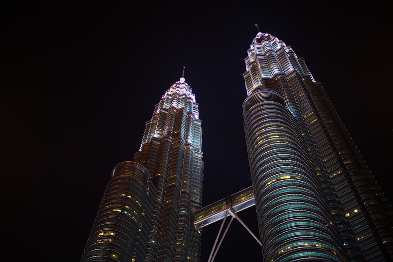 Petronas Twin Towers Kuala Lumpur  - Onderweg naar een dinnershow in Kuala Lumpur kwamen we aan de Petronas Twin Towers voorbij. Uit de hand en aangel