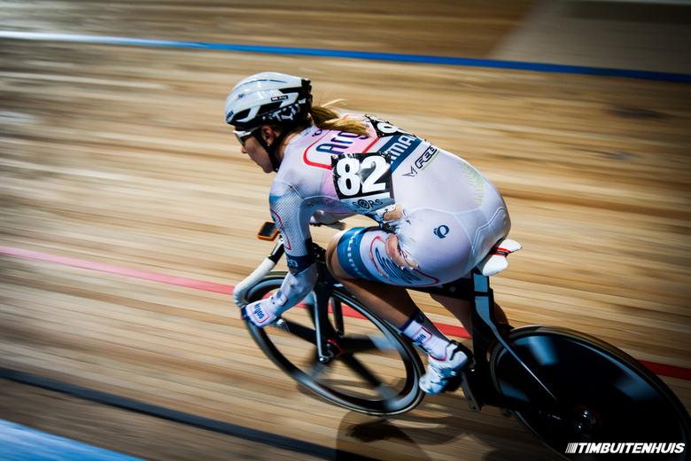 Amy Pieters - Amy Pieters tijdens de koppelkoers dames tijden het NK Baanwielrennen. Een paar ronde na dat ze vies onderuit was gegaan (zie haar kapot
